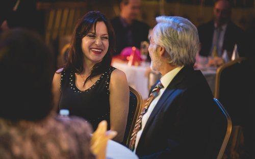 Catalina y Antonio ríen juntos en la fiesta de Nochevieja de 1990 de 'Cuéntame cómo pasó'