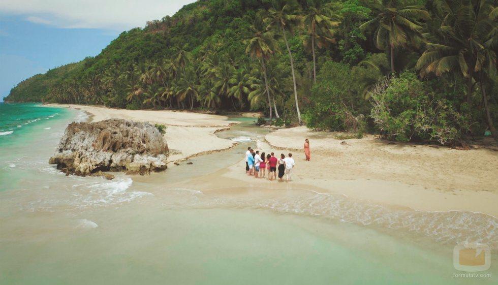 Las parejas de 'La isla de las tentaciones' atienden a Mónica Naranjo en el primer programa
