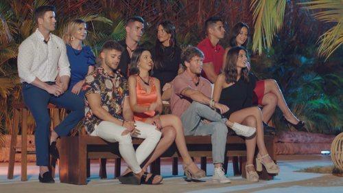 Las parejas de 'La isla de las tentaciones' atienden al desfile de solteros y solteras en el primer programa