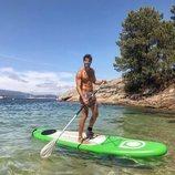 Cesc Escolà, de 'OT 2020', realizando padel surf sin camiseta