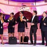 Manel Fuentes y el jurado, disfrazados de azafatos, en la Gala 1 de 'Tu cara me suena 8'