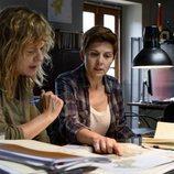 Mónica (Emma Suárez) y Carmela (Isabel Naveira) son las investigadoras del caso en 'Néboa'