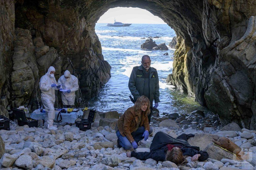 Mónica (Emma Suárez) y el teniente Ferro (Nancho Novo) analizan un cadáver en 'Néboa'