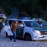 Mónica (Emma Suárez) y la Guardia Civil aparcan en la playa en 'Néboa'