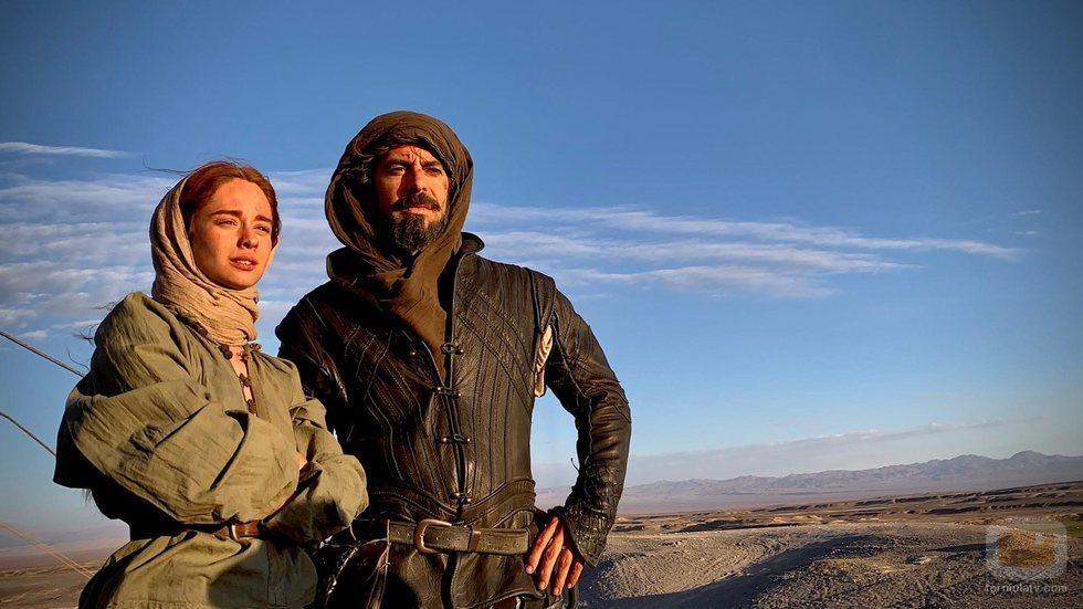 Eduardo Noriega y Elena Rivera contemplan el desierto en 'Inés del alma mía'