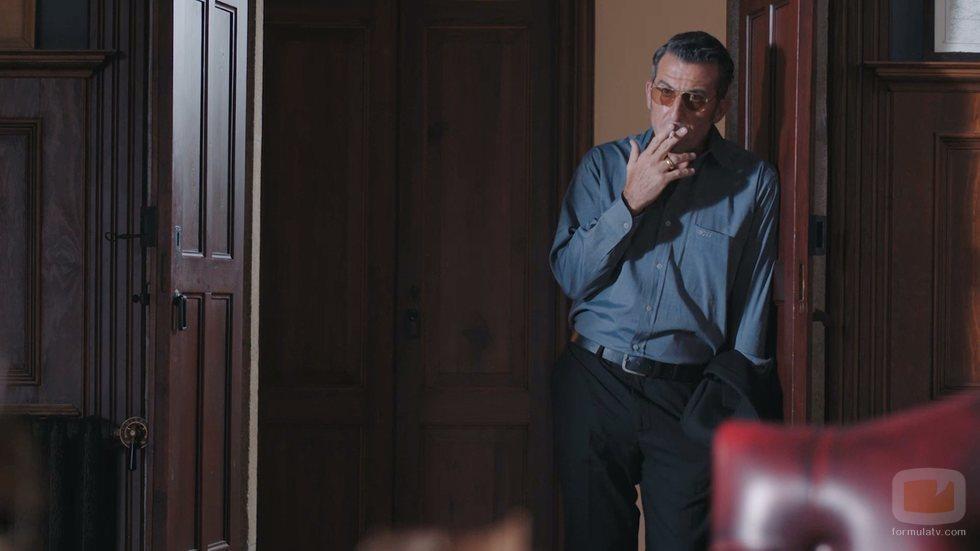 Ferro, fumando en el 2x01 de 'Vivir sin permiso'