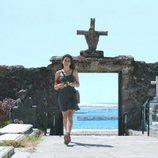 Lara en el cementerio en el 2x01 de 'Vivir sin permiso'