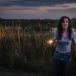 Inma (Carolina Lapausa) en el campo buscando en 'Perdida'