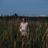Antonio (Daniel Grao) en el campo investiga donde esta su hija en 'Perdida'