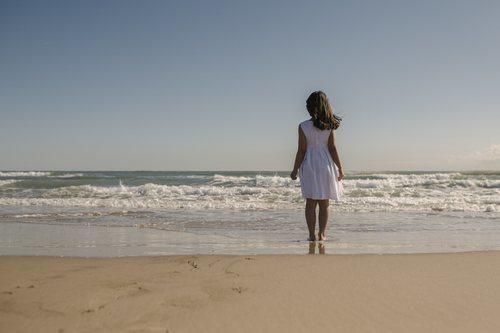 Soledad en la playa antes de desaparecer en 'Perdida'
