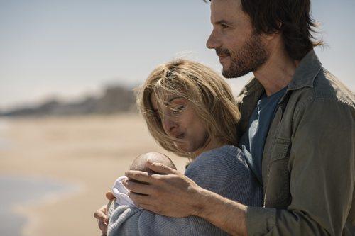 Antonio (Daniel Grao) e Inma (Carolina Lapausa) con su hija en la playa en 'Perdida'