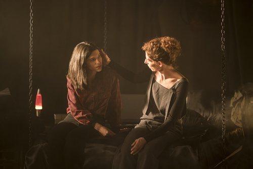 Inés (Irene Visedo) y Belén (Beatriz Argüello) en el capítulo 20x14 de 'Cuéntame cómo pasó'