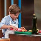 Juan prepara una ensalada en 'MasterChef Junior 7'