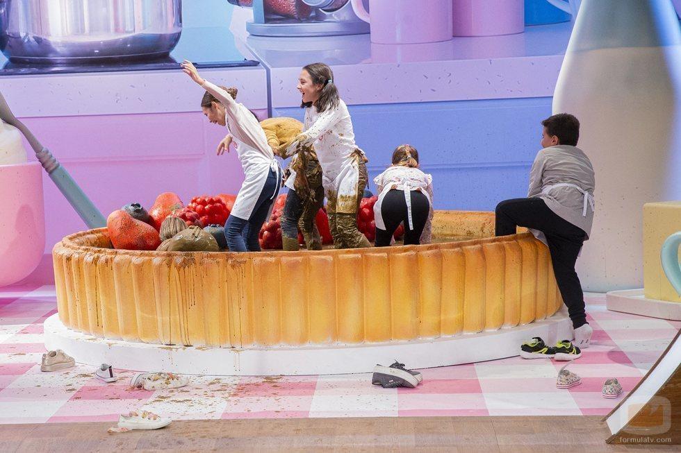 Los semifinalistas de 'MasterChef Junior 7' juegan en una piscina de chocolate