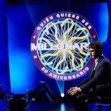 Juanra Bonet, en su puesto situado en el centro del plató de '¿Quién quiere ser millonario?'
