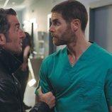Ferro y el doctor Olid en el 2x01 de 'Vivir sin permiso'