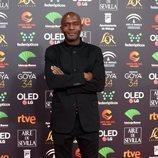 Emilio Buale posa en la alfombra roja de los Premios Goya 2020