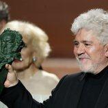 Pedro Almodóvar con su Premio Goya 2020 a Mejor Dirección