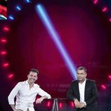 Hugo Castejón sonríe con Jorge Javier Vázquez en la Gala 3 de 'El tiempo del descuento'