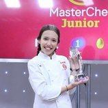 La ganadora Lu posa con el trofeo de 'MasterChef Junior 7'