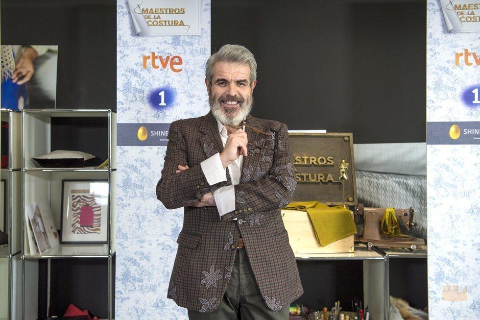 Lorenzo Caprile posa en la presentación de 'Maestros de la costura 3'