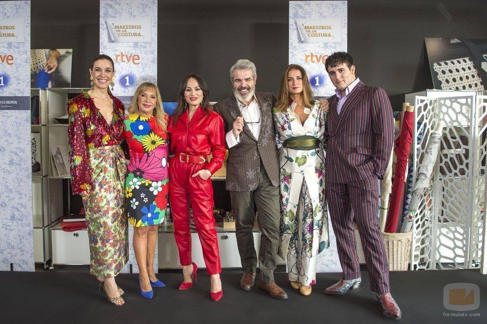El equipo de 'Maestros de la costura 3' junto a Toñi Prieto y Macarena Rey