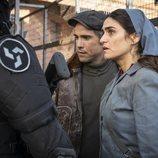 Hugo y Julia en el 1x02 de 'La valla'