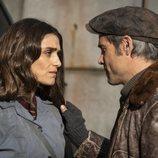 Hugo y Julia, muy preocupados en el 1x02 de 'La valla'