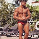 Ismael Nicolás ('La isla de las tentaciones') posa sensual con un bañador rojo