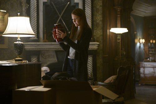 Nina sostiene las cenizas de su marido en 'Locke & Key'