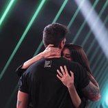 Abrazo entre Estela Grande y Diego Matamoros en la Gala 4 de 'El tiempo del descuento'
