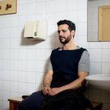 Fran Perea, sentado en el baño en 'Kosta'