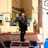 Fran Perea en un patio en 'Kosta'