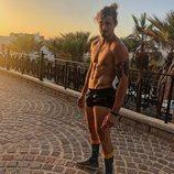 Lewis, surfero de 'La isla de las tentaciones', sin camiseta al atardecer