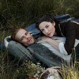 Sam Heughan y Caitriona Balfe, tumbados en la naturaleza, en la quinta temporada de 'Outlander'