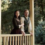 Sam Heughan y Caitriona Balfe, en el porche de una casa, en la quinta temporada de 'Outlander'