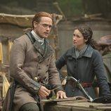 Sam Heughan y Caitriona Balfe, en el mercado, en la quinta temporada de 'Outlander'