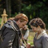 Jaime y Claire Fraser con su gato Adso, en la quinta temporada de 'Outlander'