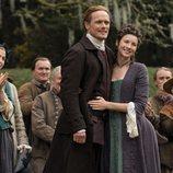 Jaime y Claire Fraser durante la boda de Brianna en la quinta temporada de 'Outlander'