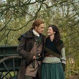 Sam Heughan y Caitriona Balfe posan en su jardín en la quinta temporada de 'Outlander'