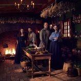 La familia Fraser en la cocina de la casa familiar en la quinta temporada de 'Outlander'
