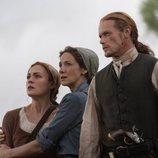 Claire, Jamie y Brianna Fraser en  la quinta temporada de 'Outlander'