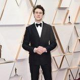 George MacKay posa en la alfombra roja de los Oscar 2020