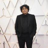Bong Joon-ho posa en la alfombra roja de los Oscar 2020