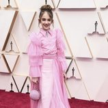 Julia Butters posa en la alfombra roja de los Oscar 2020