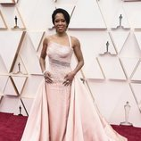 Regina King posa en la alfombra roja de los Oscar 2020