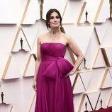 Idina Menzel posa en la alfombra roja de los Oscar 2020