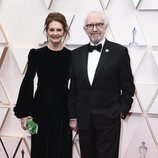 Kate Fahy y Jonathan Pryce posan en la alfombra roja de los Oscar 2020