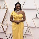 Mindy Kaling posa en la alfombra roja de los Oscar 2020