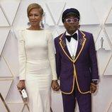 Tonya Lewis Lee y Spike Lee posan en la alfombra roja de los Oscar 2020